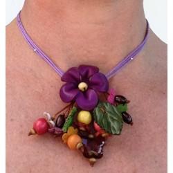 collier court cuir avec fleurs violettes, perles
