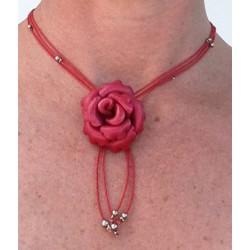 collier court cuir avec fleurs colorées et perles