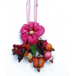 collier cuir fleur rose fuschia et breloques perles