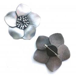 Broche cuir forme fleur de couleur argenté