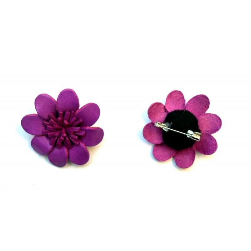 Broche cuir forme marguerite violette