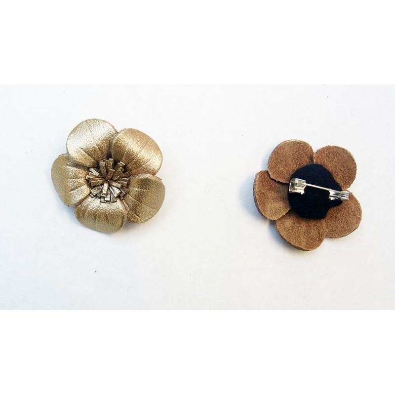 Broche cuir forme fleur de couleur marron