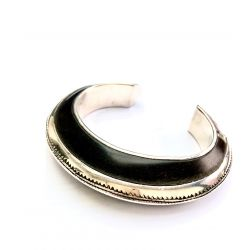 Gros Bracelet rigide touareg en argent gravé et ébène